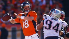 Peyton Manning intenta lanzar un pase en Final de Conferencia