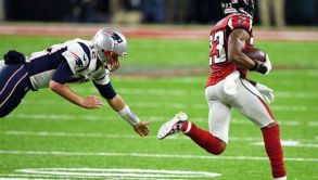Brady no logra detener a Alford tras intercepción