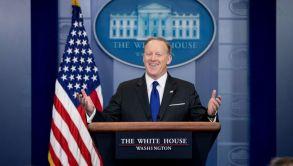 Sean Spicer ríe durante una rueda de prensa en la Casa Blanca