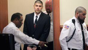 Aaron Hernández entra a una audiencia por homicidio