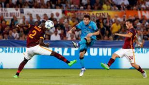 Messi realiza disparo en el juego contra la Roma