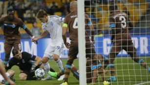 Casillas controla el balón en juego del Porto contra el  Dínamo de Kiev