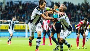 Jugadores del Heracles celebrando la victoria contra PSV