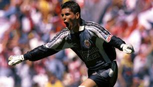 Oswaldo celebra en partido de Chivas
