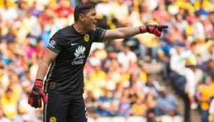 Moisés Muñoz da indicaciones en juego de América