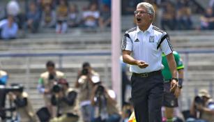 Tuca da instrucciones en juego entre Pumas y Tigres