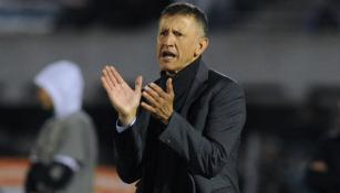 Osorio aplaude en un partido de futbol