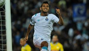 Corona festeja un gol con el Porto