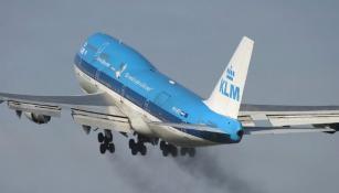 Avión despide humo en la parte baja