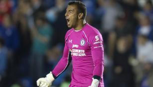 Guillermo Allison festeja un gol de Cruz Azul