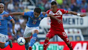Juan García Sancho y Fernando Uribe pelean un balón