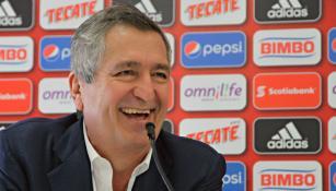 Jorge Vergara ríe en conferencia de prensa