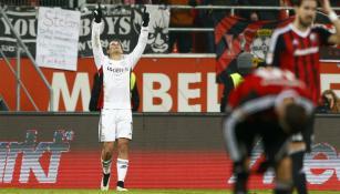 Chicharito festeja un gol con el Bayer Leverkusen