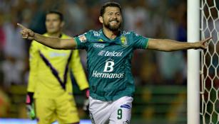 Miguel Sabah festeja uno de sus goles con León