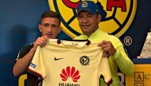 Lozano posa con Ambriz en Coapa