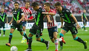 Jugadores de Veracruz y Chivas disputan el balón
