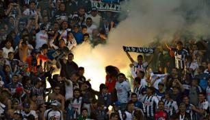 Aficionados de Rayados queman butacas del Cuauhtémoc