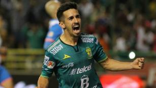 Fernando Navarro festeja un gol con León