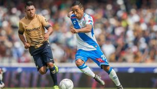 Francisco Torres conduce el esférico en el juego contra Pumas
