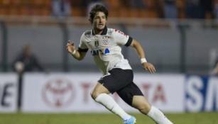 Alexandre Pato en un duelo con el Corinthians