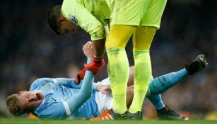 De Bruyne se lamenta mientras es auxiliado por el arquero del Everton