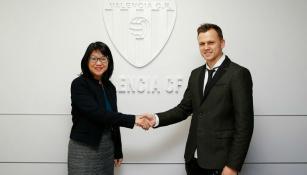 Cheryshev saluda a una directiva del Valencia