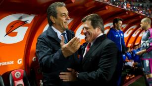 Herrera y Boy se saludan previo al partido