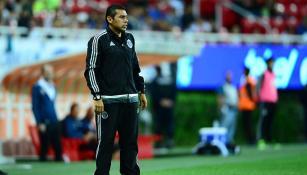 Ramoncito, dirigiendo a las Chivas en un partido