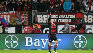 Chicharito festeja un gol con el Leverkusen