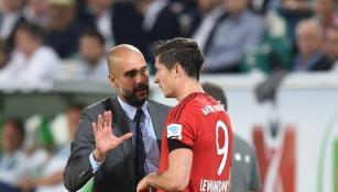 Lewandowski y Guardiola platican en juego del Bayern Munich