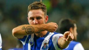 Miguel Layún celebra un gol con el Porto