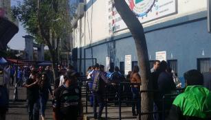 La gente todavía compra algunos boletos en las taquillas del estadio