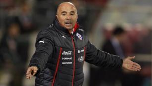 Sampaoli reclama una jugada en juego de Chile