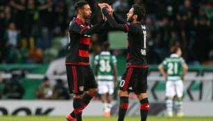 Karim Bellarabi y Hakan Calhanoglu se felicitan por el triunfo