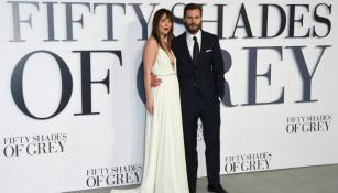 Dakota Johnson y Jamie Dornan posan en la premier de 50 sombras de Grey