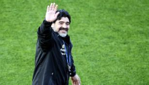 Diego Armando Maradona saluda al público