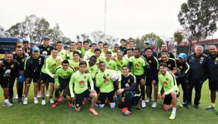 Cuauhtémoc Blanco y los jugadores de América posan para la foto