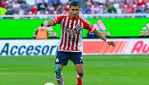 Orbelín Pineda durante un partido de Chivas