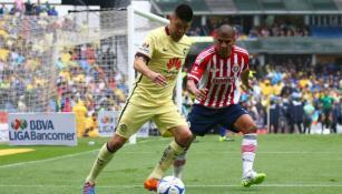Oribe Peralta protege el balón de Carlos Salcido
