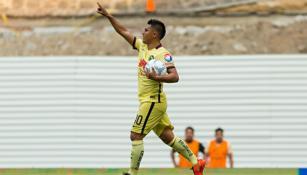 Osvaldo Martínez festeja un gol con el América