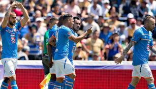 Jugadores de Cruz Azul celebran el primer gol contra Pumas