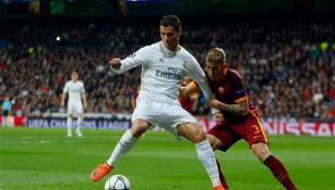 Cristiano Ronaldo cubre el esférico frente al dominio rival