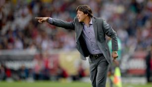 Matías Almeyda da indicaciones en partido  de Chivas