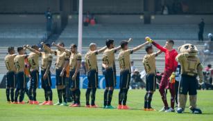 Los jugadores de Pumas al momento de la entonación del himno