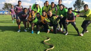 Los futbolistas del León se divierten junto a la serpiente