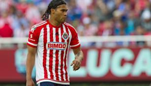Carlos Peña en un duelo con las Chivas