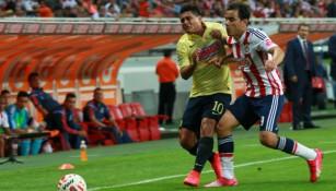 Osvaldo Martínez y Omar Bravo disputan el esférico