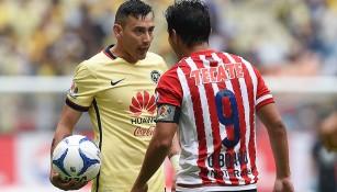Rubens Sambueza y Omar Bravo se encaran
