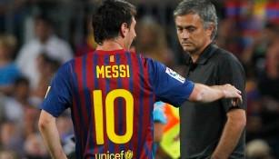 Mou observa a Messi en partidod e la Liga española