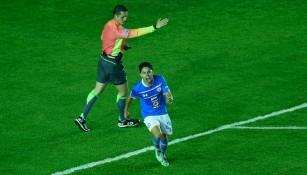 Zúñiga grita después de anotar su primer gol